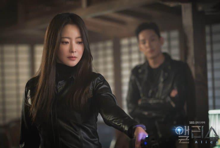 アリス (2020) Kim Hee Sun を Park Sun Young として (左); Yoo Min Hyuk としての Kwak Shi Yang  (右)