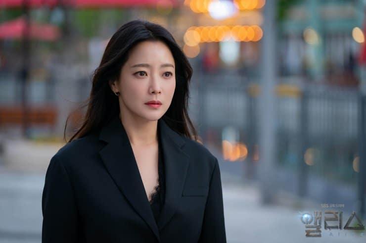 アリス (2020) Yoon Tae Yi としての Kim Hee Sun